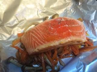 锡纸包烧鲑鱼,准备锡纸将配菜垫在鱼块底部。