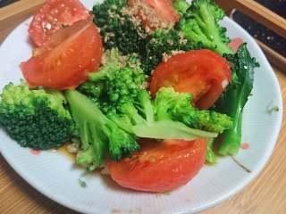 锡纸包烧鲑鱼,利用水的余温(还很烫)放入小番茄,捞出去皮切块和西蓝花一起凉拌,撒上白碎芝麻。