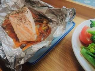 锡纸包烧鲑鱼,三文鱼可撒欧芹,(用的罗勒碎代替)。搭配刚出锅的米饭就可以开吃了~