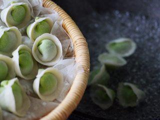 翡翠南极磷虾荠菜馄饨【宝宝辅食】,锅中倒入适量清水煮沸后、加入包好的馄饨
