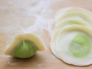 翡翠南极磷虾荠菜馄饨【宝宝辅食】,先包成饺子的模样
