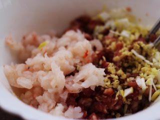 翡翠南极磷虾荠菜馄饨【宝宝辅食】,调过味的肉馅里加入葱姜末和南极磷虾仁