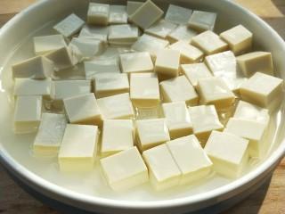莴苣叶炒豆腐,市场买的嫩豆腐,切大小适中的块。