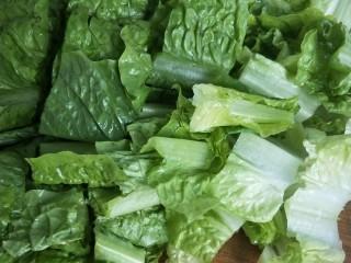 莴苣叶炒豆腐,切存段。