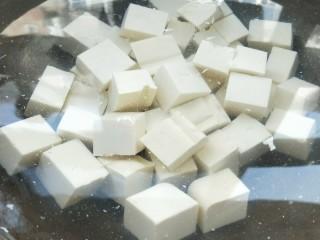莴苣叶炒豆腐,冷水锅,适量盐,放豆腐,煮至水微微冒泡。