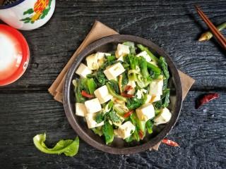 莴苣叶炒豆腐,盛盘。