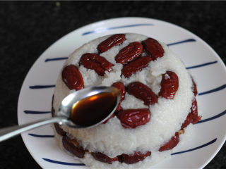 红糖甑糕,趁热将红糖水淋在蒸好的甑糕上