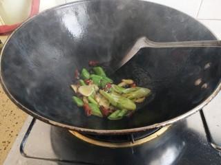 蒜苗炒藕丝,热锅入油放入作料炒香