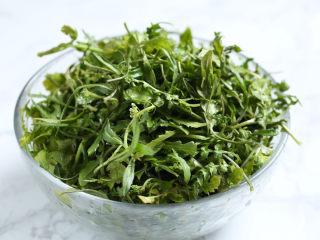 荠菜春笋炒年糕,荠菜择去老根、黄叶,洗净。