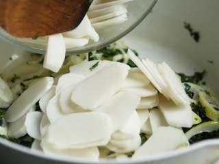 荠菜春笋炒年糕,加入年糕片,转中小火翻炒至年糕变软,大约1分钟,可在炒制过程中少量加些水