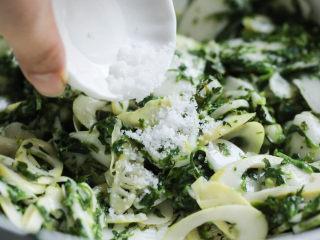 荠菜春笋炒年糕,待年糕变软后,调入盐、鸡精。