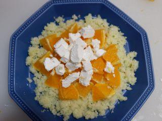 香橙奶酪佐菜花米,奶酪依次摆入盘中