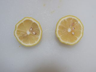 香橙奶酪佐菜花米,柠檬对半切开。