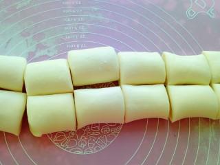 油酥饼,用刀切成等量的段