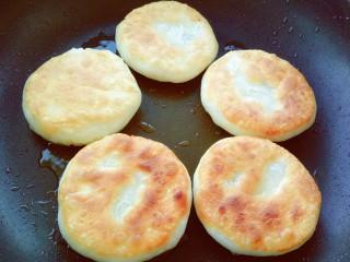 油酥饼,油锅中小火烙至两面金黄。