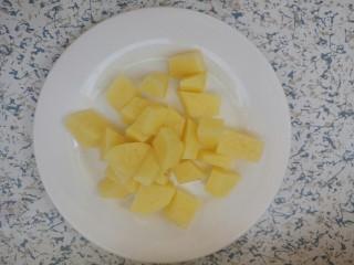 排骨焖饭,土豆切小块