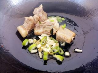 排骨焖饭,炒两面微焦后,放葱姜蒜炒