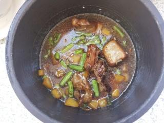 排骨焖饭,然后把炒好的排骨倒进去,拌匀