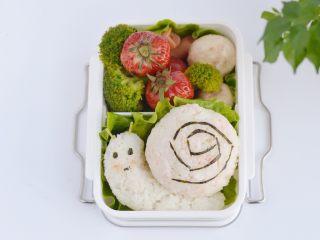 小蜗牛便当,把所有蔬菜和香肠进行焯水,加入适量盐调味,并捞出沥干水份备用。(因为是给宝宝吃的,香肠只需焯水就好)