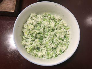 西兰花肉松饭团,加一小勺盐和适量香油,搅拌均匀即可。