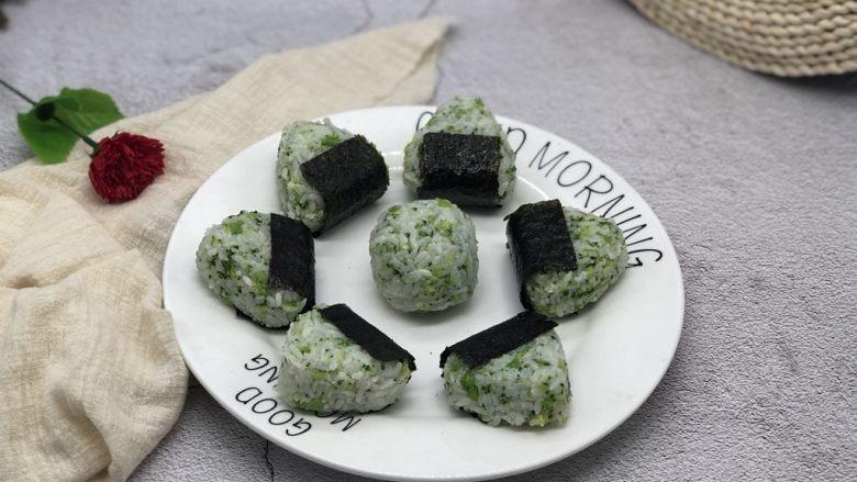 西兰花肉松饭团,外面包上<a style='color:red;display:inline-block;' href='/shicai/ 279'>海苔</a>,美丽而又有营养的饭团就做好了。
