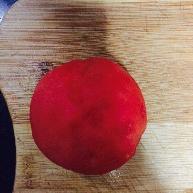 番茄浓汤肉丸,准备好两个西红柿洗干净剥掉外皮