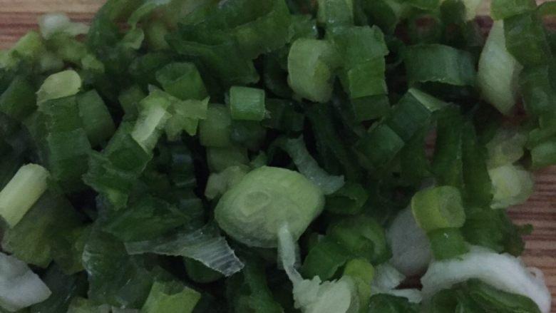 番茄浓汤肉丸,洗净的葱切成葱花备用