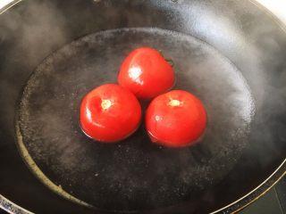 番茄鸡蛋菜花,在番茄的顶部用刀划个十字口。