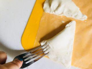 手抓饼版香蕉酥空气炸锅版,放入剁碎的香蕉,对折封口,用叉子装饰
