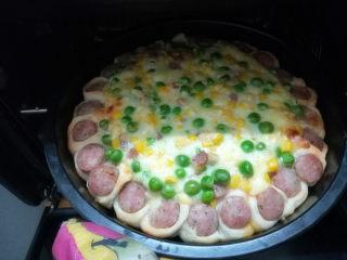 满园春色香肠披萨,烤箱预热180℃,中层烤20分钟。