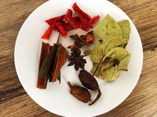 酱牛肉,全部香料洗净沥水,辣椒剪成小段待用