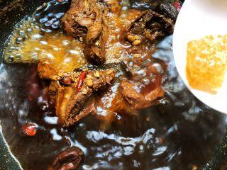 酱牛肉,锅里水烧开放入黄冰糖,转中小火炖1个半小时关火,焖20分钟即可出锅