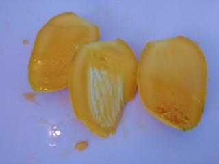 芒果香蕉奶昔,把中间的胡切出来(如图)