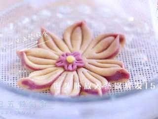 紫薯花朵馒头,馒头胚放入蒸锅醒发15分钟,水开后中火蒸12分钟,焖3分钟出锅。