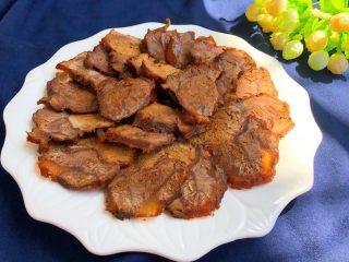 酱牛肉,晾凉切片摆盘,浇一勺酱汁到牛肉上面,美味极了