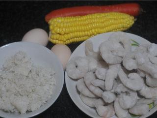 虾仁炒饭,虾仁解冻,剩米饭、玉米、胡萝卜清洗干净,鸡蛋准备