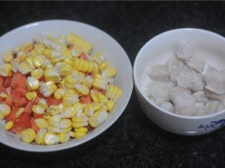 虾仁炒饭,胡萝卜切成和玉米一样大的颗粒状,虾仁也切成同样大小的颗粒