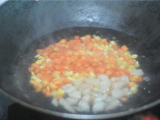 虾仁炒饭,水烧开,将胡萝卜和玉米可以放进去汆烫至半熟后加入虾仁粒,汆烫至虾仁变色