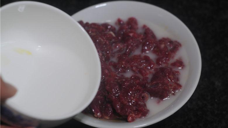 剁椒牛肉,倒入水淀粉拌匀