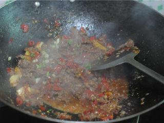 剁椒牛肉,最后加入生抽、白糖调味,翻炒至牛肉收汁,均匀撒上炒香的白芝麻即可