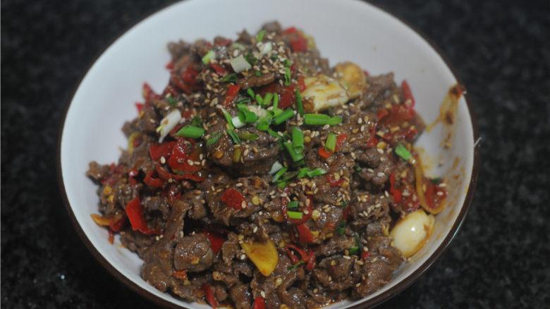 剁椒牛肉,出锅,撒上葱花