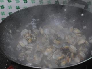 炒花蛤,烧开一锅水,将花蛤倒进去煮,至刚开口就捞起来过凉水