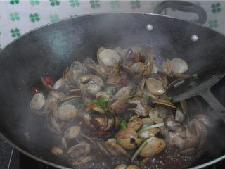 炒花蛤,加入豆豉,翻炒几下