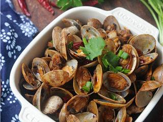 炒花蛤,将香菜末、葱花撒入锅中翻炒均匀即可