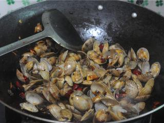 炒花蛤,盖上锅盖焖2分钟左右,直至花蛤全部张开