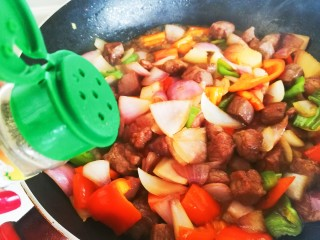 凤梨牛排,加入黑胡椒粉,翻炒至牛排丁八成熟