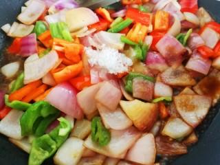 凤梨牛排,按自己的口味倒入生抽,白糖和盐,加一点清水
