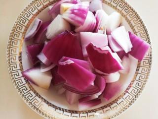 凤梨牛排,洋葱洗干净切小块