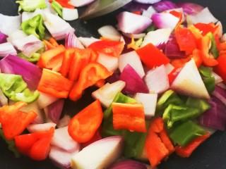凤梨牛排,利用锅里的余油,倒入辣椒和洋葱翻炒几下