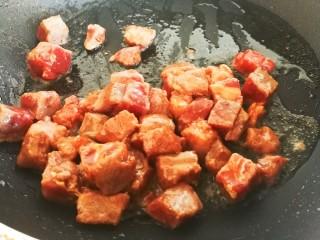 凤梨牛排,锅里放油,烧至七分热,倒入牛排丁,炒至牛排丁五成熟起锅